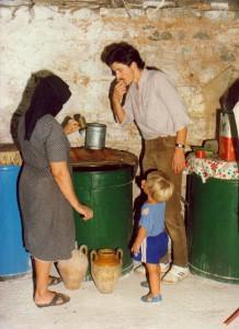 Fritz und Felix Bläuel bei der Verkostung und anschließendem Kauf von Olivenöl.
